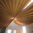 Due ventagli incrociati in legno lamellare formano la grande volta […]