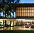 """Lo Studio brasiliano MK27 ha completato la """"casa Toblerone"""" a […]"""